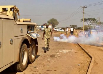 Police fire teargas to disperse Dr Besigye crowd in Jinja on Monday (PHOTO/Courtesy).