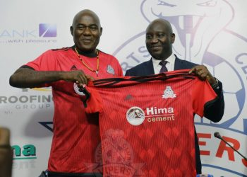 Kajoba (L) with Vipers SC' Director Lawrence Mulindwa (R) on Sunday. (PHOTO/Courtesy)