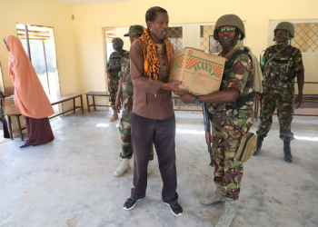 Kenyan soldiers serving under the African Union Mission in Somalia (AMISOM) donate food items to families in Dhobley, Lower Jubbaland (PHOTO/Courtesy)