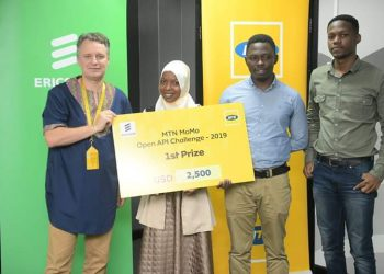MTN Uganda CEO hands over dummy cheque to winner (PHOTO/Courtesy)