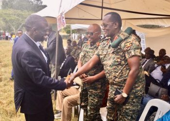 Dr. Besigye shares a moment with army generals (PHOTO/Courtesy)