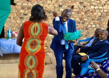 Dr. Kizza Besigye demonstrating to his supporters on how to greet without shaking hands in a bid to prevent COVID19 spread (PHOTO/Courtesy).