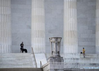 People take a rest at the Lincoln Memorial in Washington D.C., the United States, April 8, 2020. The number of COVID-19 cases in the United States reached 401,166 as of 12:20 local time on Wednesday (1620 GMT), according to the Center for Systems Science and Engineering (CSSE) at Johns Hopkins University. (Xinhua/Liu Jie)