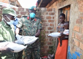 UPDF and LDU taskforce distributing food to Bwaise residents on Saturday (PHOTO/Coutersey).