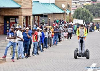Citizens line up outside a supermarket in Johannesburg, South Africa, April 2, 2020. The spread of COVID-19 continued unabated in South Africa on Thursday, with 82 new cases reported, Health Minister Zweli Mkhize said. The total number of infections in the country reached 1,462 and the death toll remained at five, Mkhize said in Bloemfontein, Free State Province, where he visited the Universitas Academic Hospital. The country has not reported new coronavirus-related deaths since Wednesday. (Xinhua)