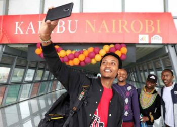 Several young Kenyans take a selfie at the Nairobi railway station in Nairobi, Kenya, June 1, 2018.(Xinhua/Wang Teng)
