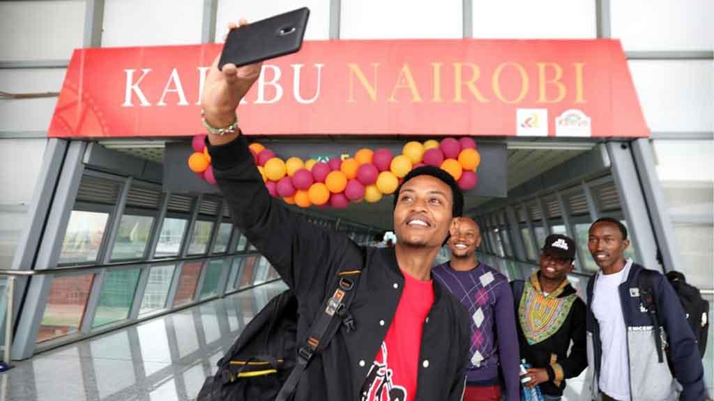 Several young Kenyans take a selfie at the Nairobi railway station in Nairobi, Kenya, June 1, 2018.(Xinhua/Wang Teng)
