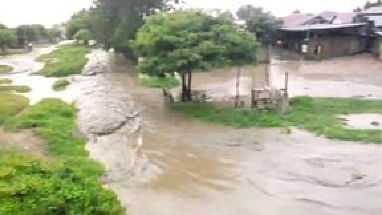 River Nyamwamba burst its banks after it rained heavily in many parts of western Uganda. Kasese district suffered the effects of this rain, flooding when the river burst its banks