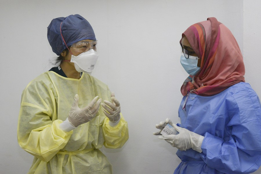 A Chinese expert communicates with a local medical worker at a hospital in Khartoum, Sudan, June 2, 2020. (PHOTO/Xinhua).