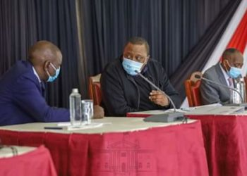 President Uhuru Kenyatta (M) in a meeting
