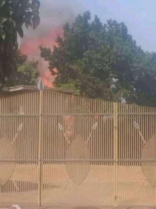 The Fire brigade is trying to put out a fire at one of the structures, at Kasubi Tombs (PHOTO/Courtesy)   ?: @Katumbabadru1 https://t.co/QBYwMX2MIB