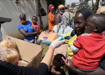 Zhao Min is distributing bread to local residents in Nairobi on June 5, 2020 (PHOTO/Xinhua).