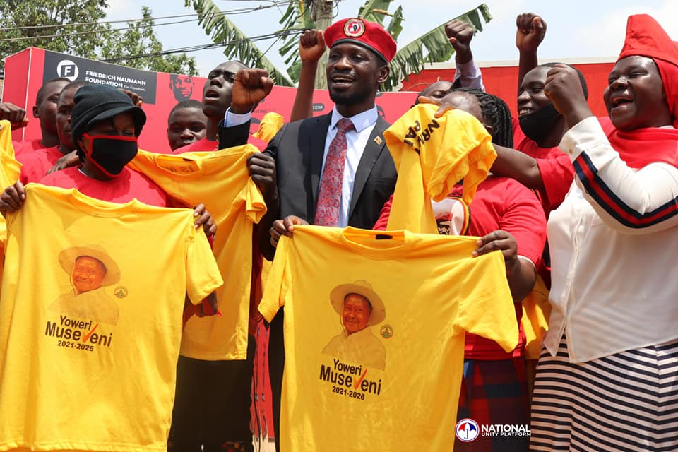 Bobi Wine in a group photo with a number of youth who crossed from NRM (PHOTO/Courtesy).