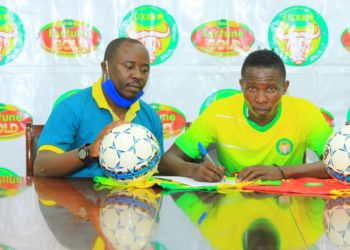 Madoi (R) while signing for BUL FC on Saturday. (PHOTO/Courtesy)