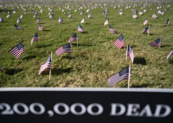 U.S. national flags representing the 200,000 lives lost to COVID-19 in the United States are placed on the National Mall in Washington, D.C., the United States, on Sept. 22, 2020. (Xinhua/Liu Jie).