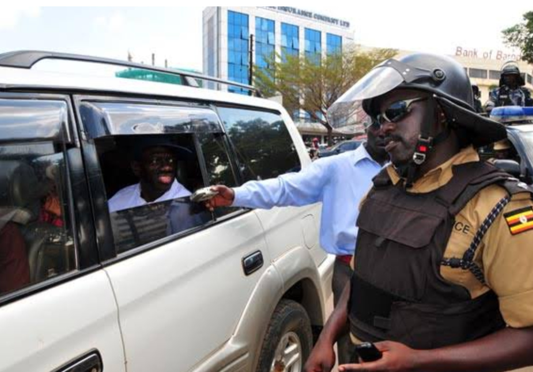 Mr James Ruhweza (R), the then Divisional Police Commander,Kira exchanges words with Col Dr Kizza Besigye (PHOTO/File).