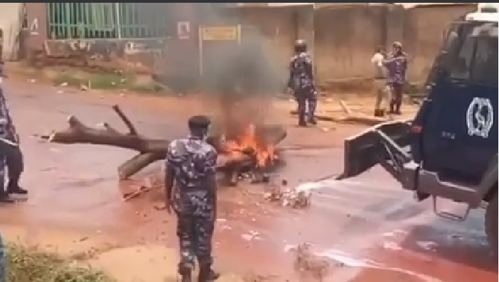 Police battle People Power supporters in Kamwokya (PHOTO/Courtesy).