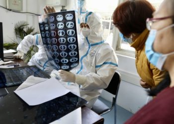 Doctors check the scanning result of a patient who recovered from COVID-19 at a rehabilitation clinic in Wuhan, central China's Hubei Province, March 18, 2020. (PHOTO/Xinhua).