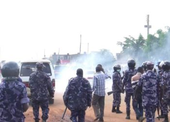 Officers during teargas in Kayunga on Thursday (PHOTO/Courtesy).