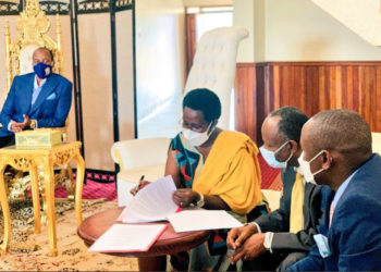 Ministry of Health PS Dr Diana Atwine signing an agreement with Tooro Kingdom. On right is Rukirabasaija Oyo Nyimba Kabamba Iguru Rukidi IV (PHOTO/Courtesy).