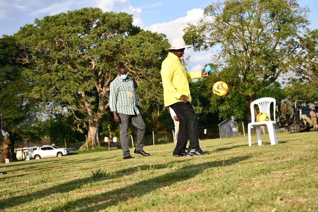 Mzee Tibuhaburwa Museveni showing skill before he addressed party leaders in Tororo district on Saturday (PHOTO/Courtesy).