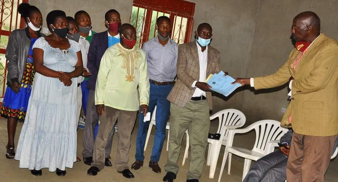 Ntungamo DCO Benon Tibamanya Kigoora handing over certificate of registration
