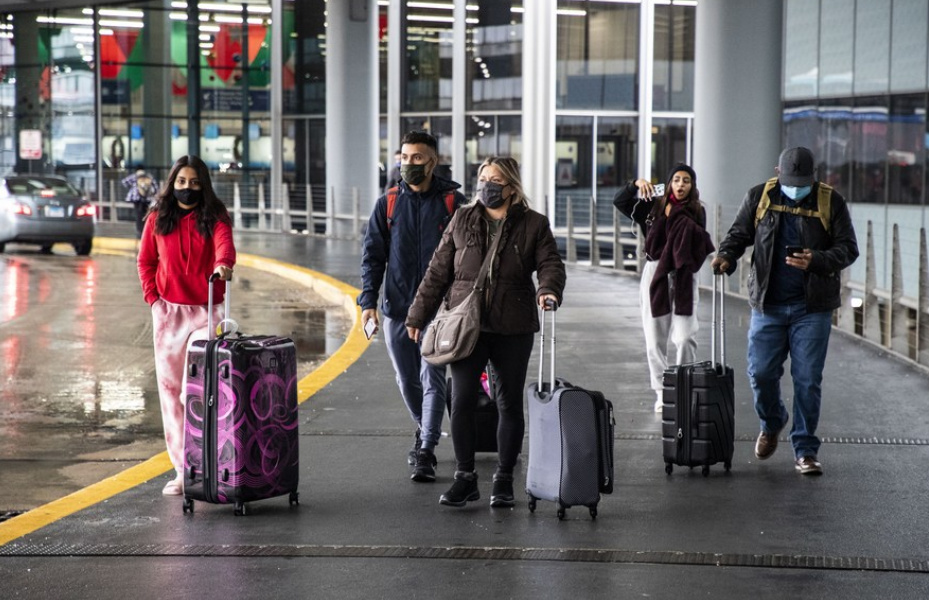Travelers wearing face masks are seen at O'Hare International Airport in Chicago, the United States, on Nov. 25, 2020. (PHOTO/Xinhua).