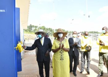 President Yoweri Museveni cuts a ribbon to officially launch the new Mukono North substation (PHOTO/Courtesy).