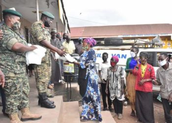 UPSF officers handing over some materials to the residents of Kampala ahead of Tarehe Sita celebration (PHOTO/Courtesy).