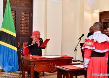 Samia Suluhu Hassan (L) is sworn in as Tanzanian president at the State House in Dar es Salaam, Tanzania on March 19, 2021 (PHOTO/Courtesy).