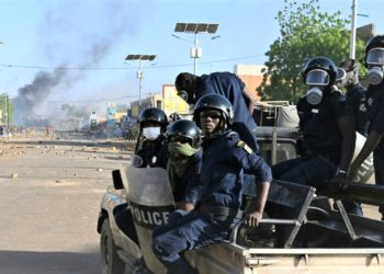 Niger's anti-riot police officers arrive in a street with smoke and projectiles on the ground as opposition supporters protest after the announcement of the results of the country's presidential run-off in Niamey, on February 23, 2021. - Former interior minister Mohamed Bazoum won Niger's presidential elections, according to provisional results issued on February 23, 2021, as the opposition cried foul and clashes erupted. (PHOTO/Internet)