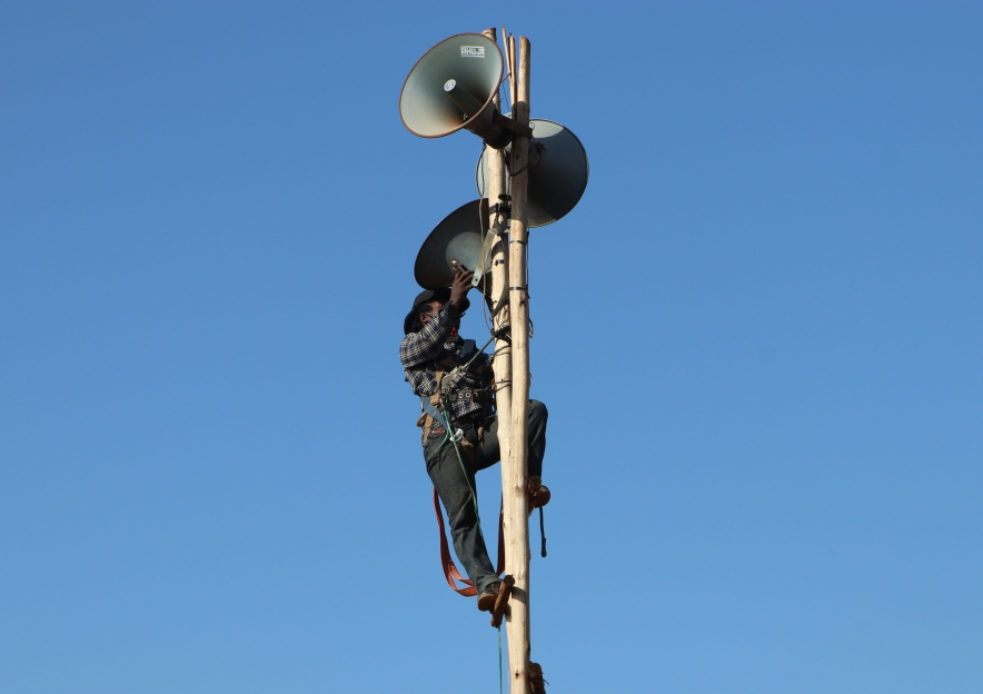 UCC enforcement officer dismantles a illegal audio tower in Lugala-Masanafu on Wednesday, March 10 (PHOTO/Javira Ssebwami)