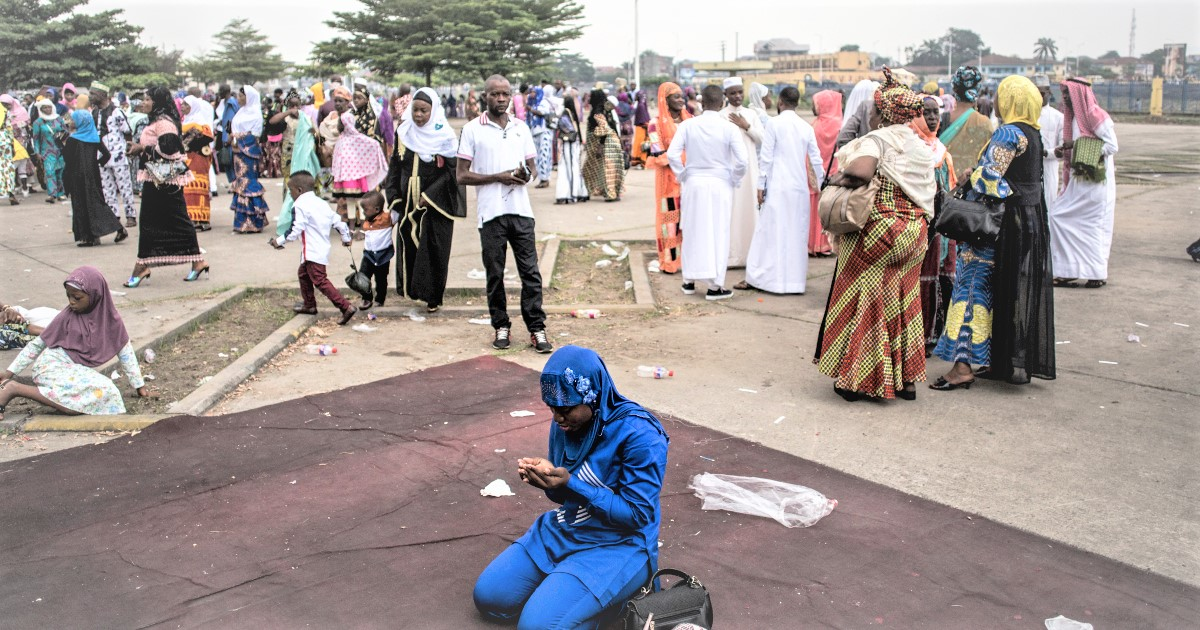 A Muslim worshipper prays during a mass prayer to celebrate Eid Al-Fitr at the Stade des Martyrs in Kinshasa. - Muslims worldwide celebrate the Eid Al-Fitr holidays, which mark the end of the holy fasting month of Ramadan. (PHOTO/Internet)