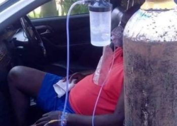 A Ugandan gets his oxygen supply in his car as he awaits to get a bed in a Kampala hospital (PHOTO/Courtesy)