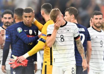 Germany's Toni Kroos looks dejected after the match as France's Kylian Mbappe looks on. (PHOTO/Internet)
