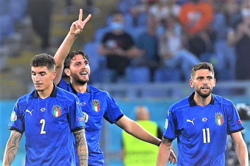 Manuel Locatelli (C) of Italy celebrates with teammates after scoring the 2-0 lead. (PHOTO/Internet)