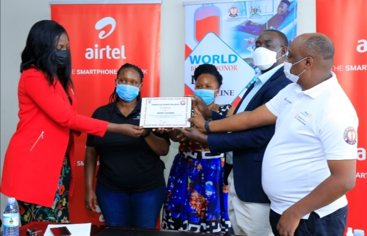 L-R Ms. Sumin Namaganda, PR Manager at Airtel Uganda displaying an Award and  Ms. Charity Rwabutomize Bukenya, Corporate Social Responsibility Manager at Airtel Uganda displaying a certificate from Uganda Blood Transfusion Services (UBTS) recognizing Airtel Uganda's effort towards rallying customers and well-wishers to donate blood across the country under their RED Campaign (PHOTO /Courtesy)