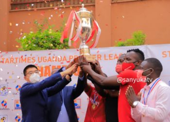 StarTimes' Franklin Wang (L) hands over the UPL Trophy to Express FC on Tuesday. (PHOTO/Sanyuka TV)